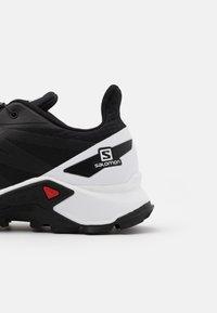 Salomon - SUPERCROSS BLAST - Obuwie do biegania Szlak - black/white - 5