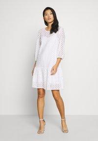Marc O'Polo DENIM - DRESS BROIDERY ANGLAISE - Freizeitkleid - white - 0