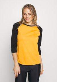 Dakine - WOMEN'S RAGLAN TECH - Funktionsshirt - golden glow - 0