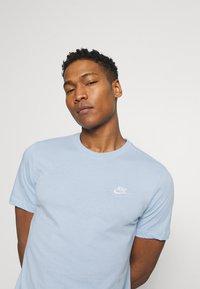 Nike Sportswear - CLUB TEE - T-shirt - bas - psychic blue/white - 3