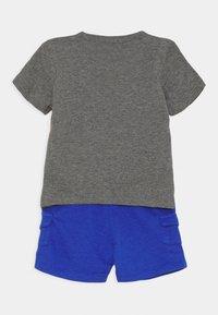 Nike Sportswear - CARGO SET - Triko spotiskem - hyper royal - 1