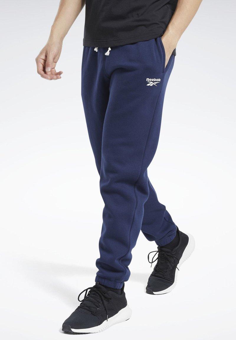 Reebok - TRAINING ESSENTIALS CUFFED JOGGERS - Træningsbukser - blue