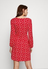 Dorothy Perkins - DITSY RUCHED DETAIL FIT AND FLARE DRESS - Trikoomekko - red - 2