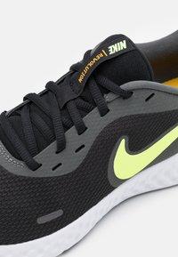 Nike Performance - REVOLUTION 5 - Zapatillas de running neutras - black/white/university gold/volt glow - 5