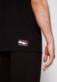 Tommy Hilfiger - ONE PLANET FRONT LOGO TEE UNISEX - Print T-shirt - black - 6
