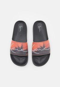 Karl Kani - SIGNATURE BLEACHED POOL SLIDES  - Rantasandaalit - black/dark orange - 3