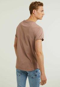 CHASIN' - Basic T-shirt - pink - 1