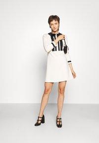 TWINSET - MIT RÜSCHEN - Strikket kjole - white - 1