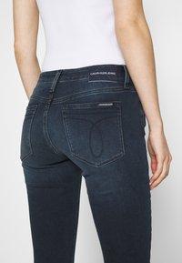 Calvin Klein Jeans - MID RISE SKINNY ANKLE - Jeans Skinny Fit - blue black rivet - 5