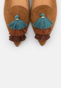 Chatelles - POINTY - Nazouvací boty - camel brown/blue - 5