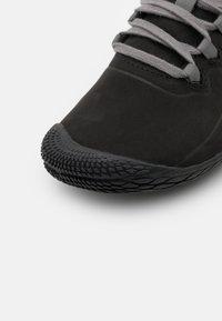 Merrell - VAPOR GLOVE 3 LUNA - Minimalistické běžecké boty - black/charcoal - 3
