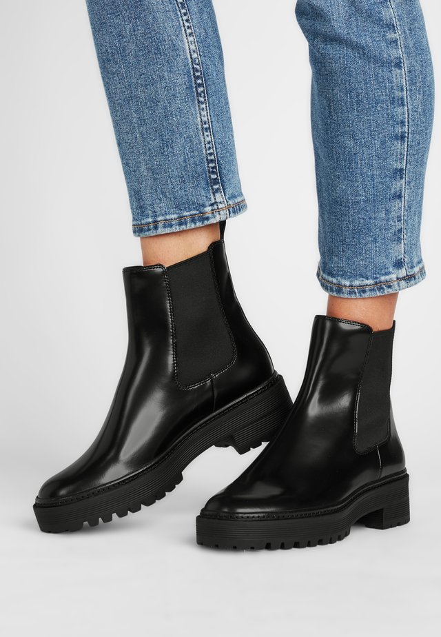 TOBY - Korte laarzen - schwarz