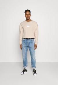 adidas Originals - SILICON CREW UNISEX - Sweatshirts - halo ivory - 1