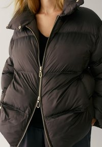 Massimo Dutti - OVERSIZE-STEPPJACKE - Winter jacket - brown - 5