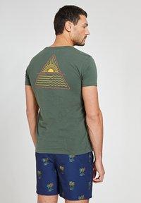 Shiwi - SUNSHINE TRIANGLE - Print T-shirt - cilantro - 0