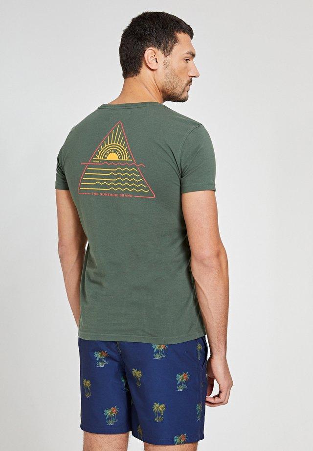 SUNSHINE TRIANGLE - T-shirt con stampa - cilantro