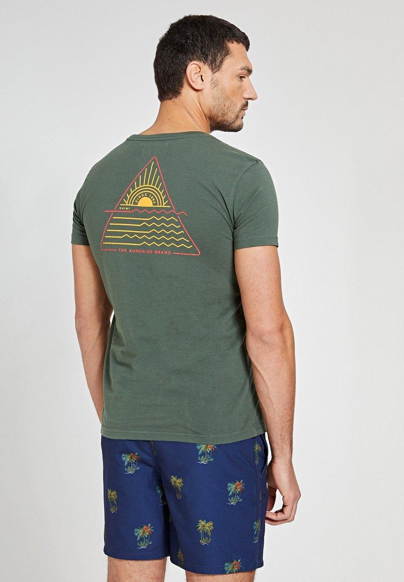 Shiwi - SUNSHINE TRIANGLE - Print T-shirt - cilantro