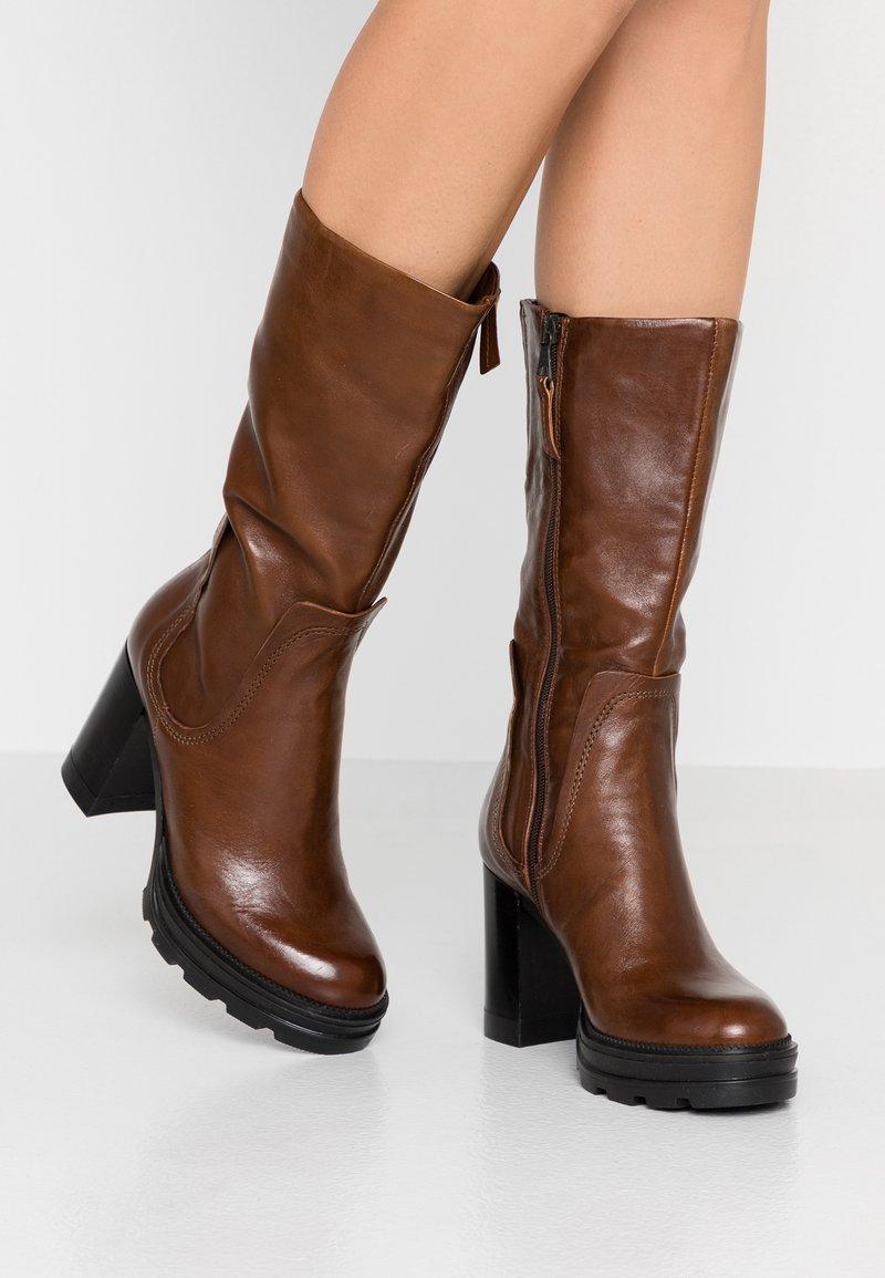 MJUS - Stivali con i tacchi - brandy