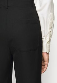 Victoria Beckham - STRAIGHT LEG TROUSER WITH TURN UP - Trousers - black - 4
