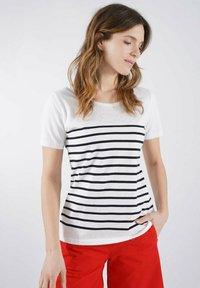 Armor lux - Print T-shirt - blanc/rich navy poisson clou - 0