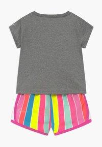 Nike Sportswear - RETRO STRIPE TEMPO SET - Shorts - fire pink - 1