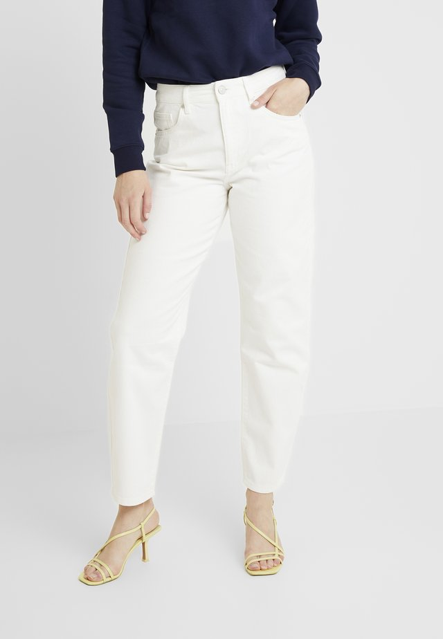 CRISTI CARROT - Relaxed fit jeans - white