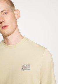 Hummel Hive - FERIE UNISEX - T-shirt imprimé - pale khaki - 4