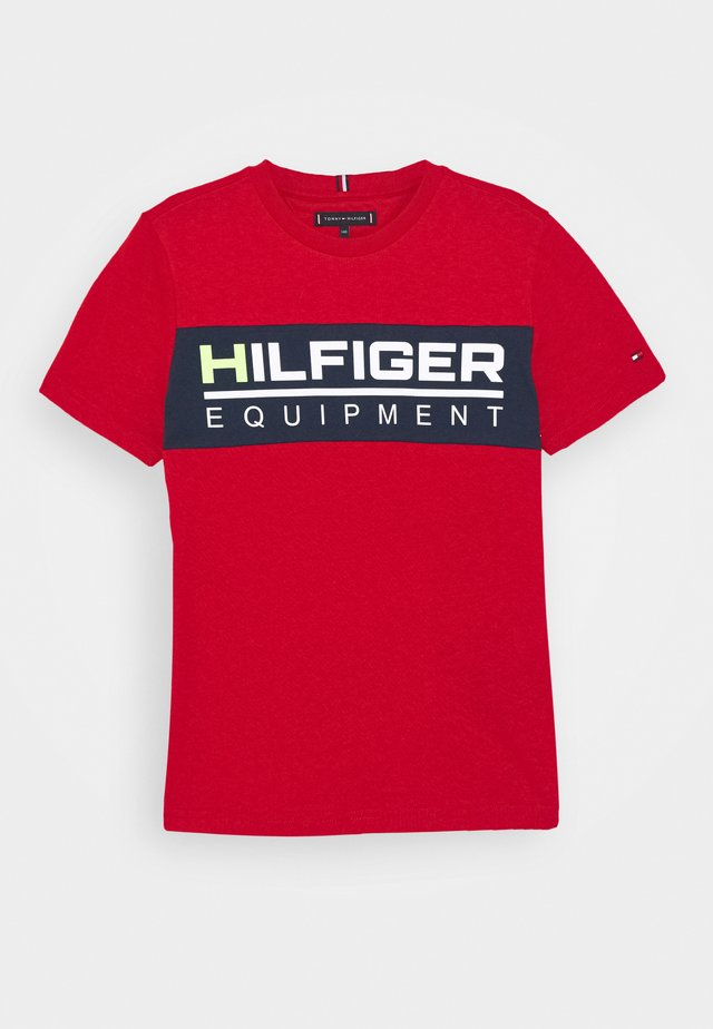 PANEL TEE - T-shirts med print - red