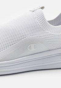 Champion - NYAME - Scarpe running neutre - white - 5