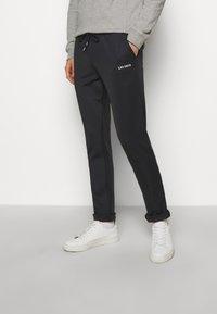 Les Deux - BALLIER TRACK PANTS - Tracksuit bottoms - dark navy/white - 0