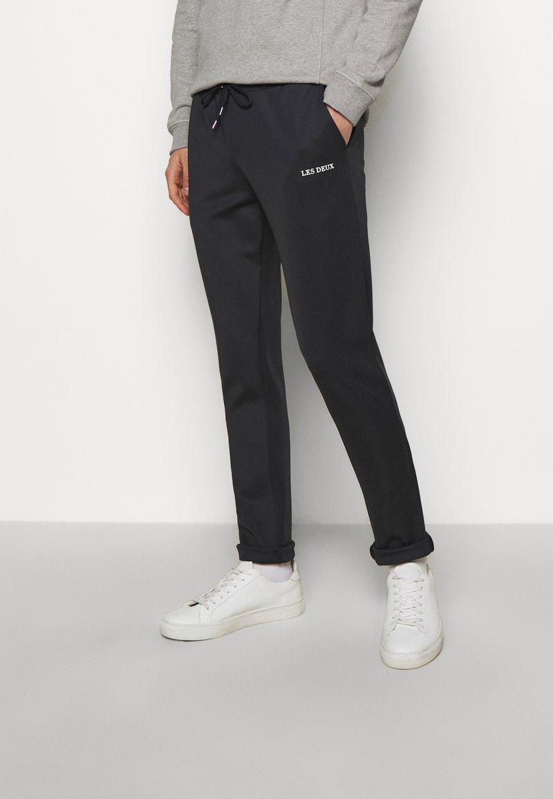 Les Deux - BALLIER TRACK PANTS - Tracksuit bottoms - dark navy/white
