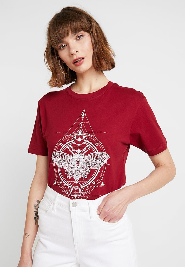 LADIES MOTH TEE - Print T-shirt - burgundy