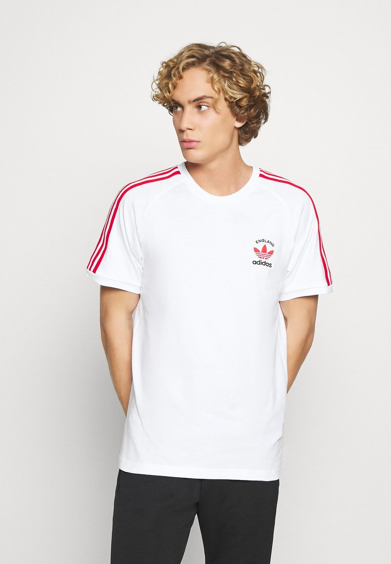 adidas Originals - STRIPES SPORTS INSPIRED SHORT SLEEVE TEE UNISEX - T-shirts med print - white/scarle