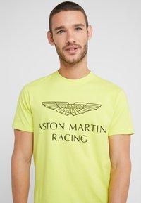 Hackett Aston Martin Racing - AMR WINGS TEE - Print T-shirt - lime - 4