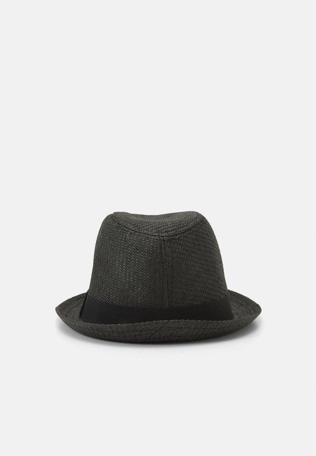 Hattu - black