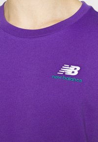 New Balance - ESSENTIALS EMBROIDERED TEE - T-shirt - bas - prism purple - 5