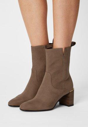 Kotníkové boty - antelope