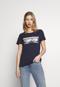 Tommy Jeans - METALLIC LOGO TEE - T-shirts med print - twilight navy - 0