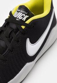 Nike Performance - TEAM HUSTLE QUICK 2 UNISEX - Basketball shoes - black/white/light smoke grey/high voltage - 5