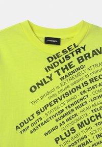 Diesel - MAGLIETTA UNISEX - Print T-shirt - lime fluo - 2
