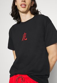 Night Addict - TIGER - Print T-shirt - black - 5