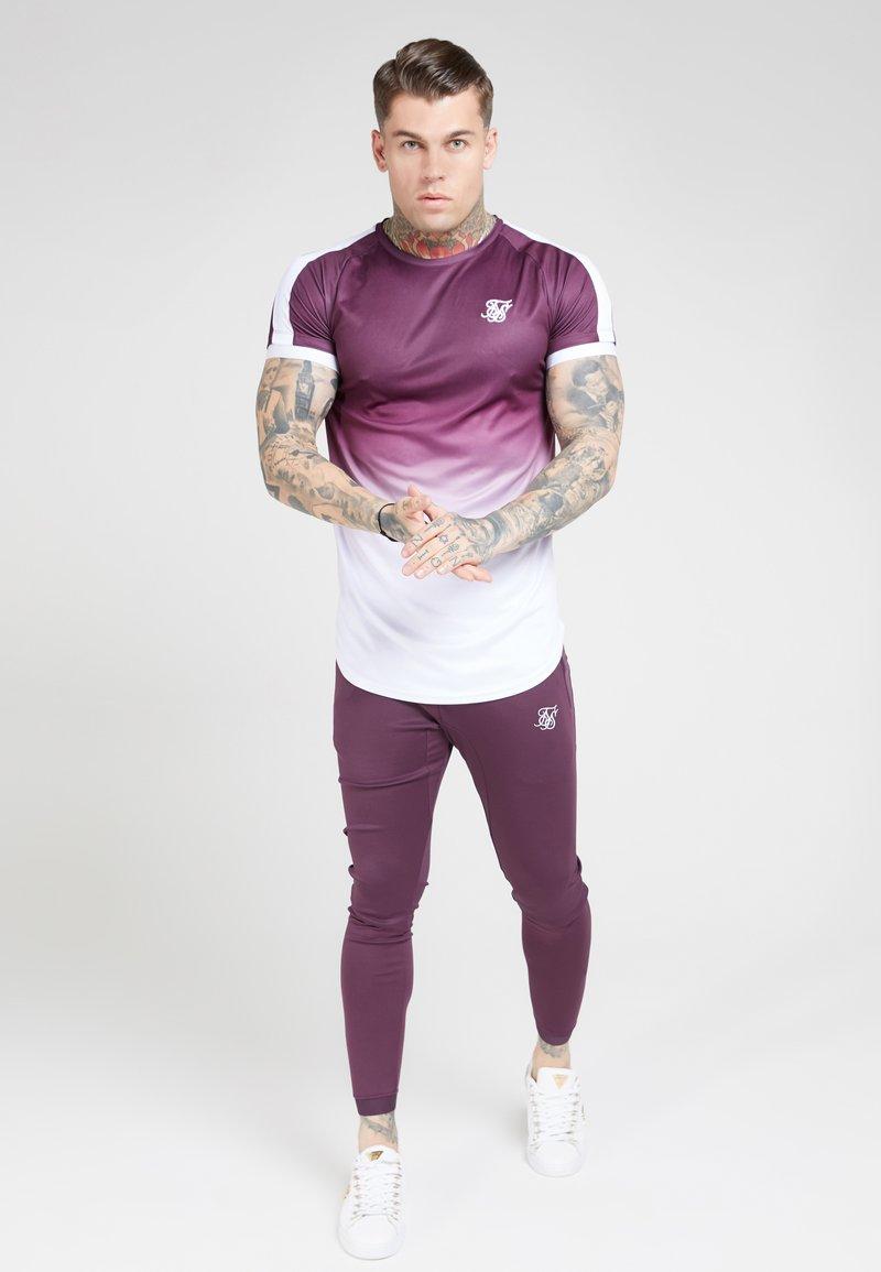 SIKSILK - SIKSILK FADE TECH TEE - Print T-shirt - rich burgundy fade