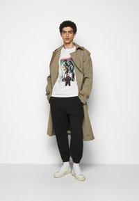 Han Kjøbenhavn - ARTWORK TEE - Print T-shirt - off-white - 1