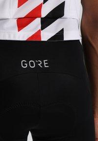 Gore Wear - C5 OPTILINE KURZE TRÄGERHOSE - Punčochy - black/red - 6