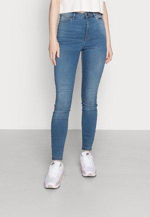 VMJULIA FLEX SUPER HIGH RISE - Skinny džíny - medium blue denim