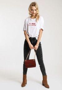 Pimkie - MIT SCHRIFTZUG - T-shirt print - white - 1