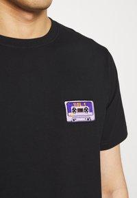 Bricktown - CASSETTE TAPE SMALL - Print T-shirt - black - 5