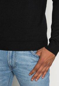 Selected Homme - SLHTOWER CREW NECK  - Stickad tröja - black - 4