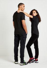 Tommy Hilfiger - UNISEX LEWIS HAMILTON TEE - T-shirt print - black - 3