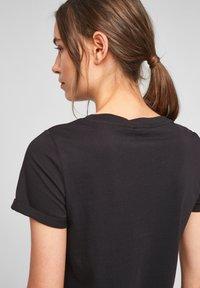 QS by s.Oliver - MIT FRONTPRINT - Print T-shirt - black - 5